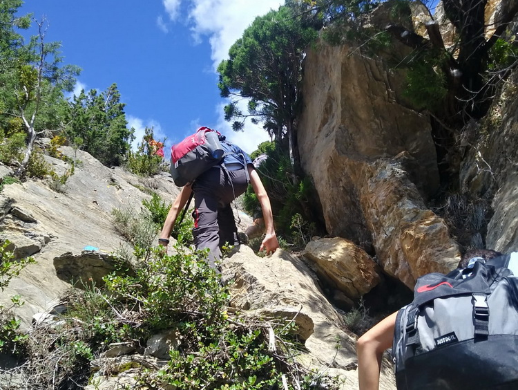 - Climbing the Cabra Morta gully
