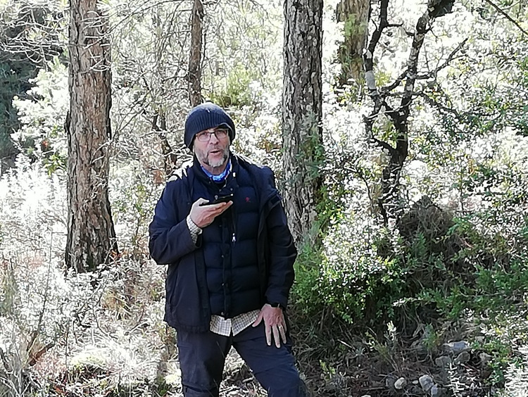 - José Juan Crespo with the GPS in hand at a point of the variant, near the house of Juncàs
