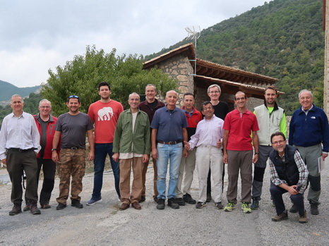 The group of volunteers at the beginning of the work. The photographer is Ramon Bosch